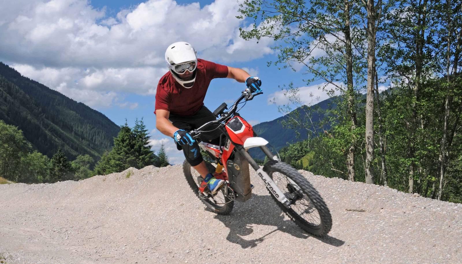 E-Enduro Biker im Bikepark.