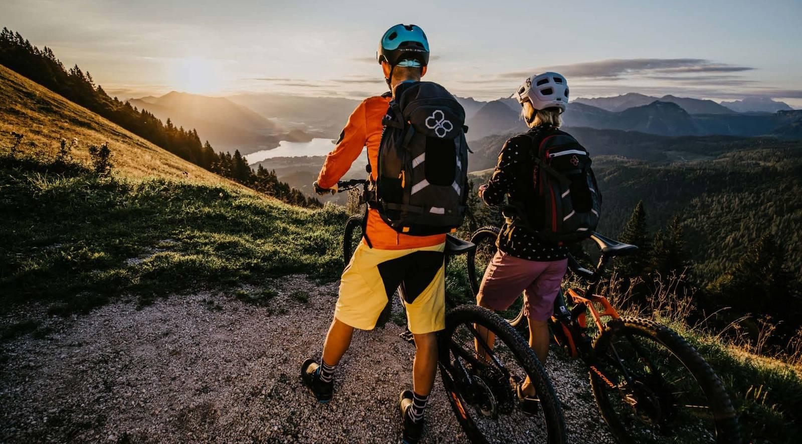 Zwei Biker schauen dem Sonnenuntergang entgegen.
