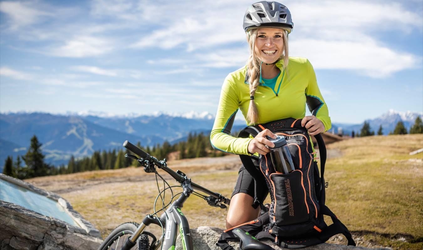 Eine Mountainbikern genießt eine kurze Pause nach einer anstrengenden Bike-Tour.
