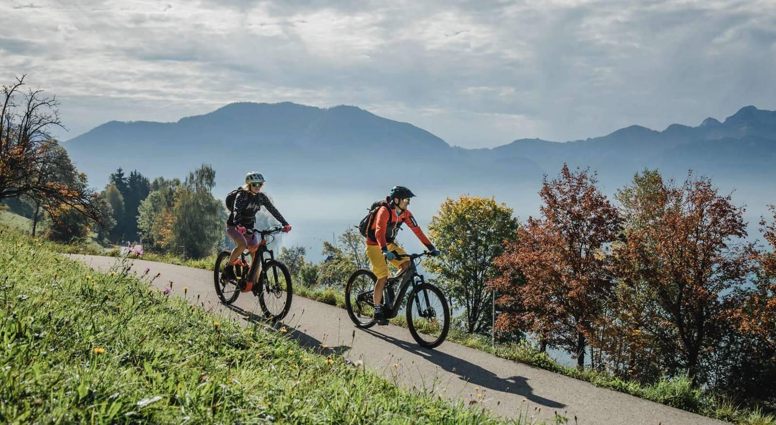 Zwei Biker fahren am Trail entlang.
